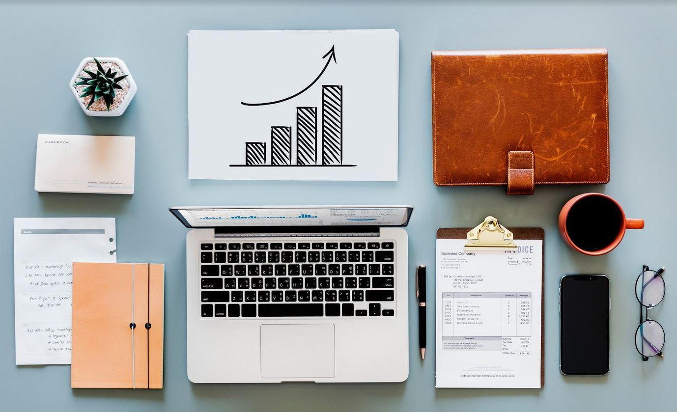 Księgowość w małej firmie – prowadzić ją samemu czy też zlecić biuru rachunkowemu?